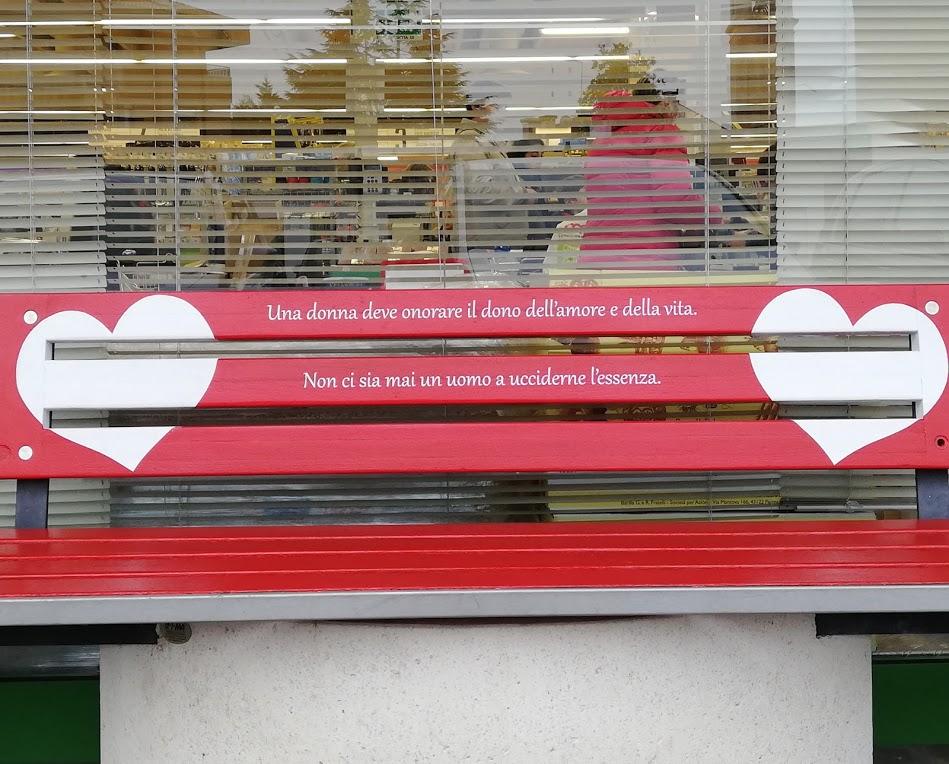CODROIPO (UD)   CUORI PRESI PER MANO sulle panchine rosse  contro la violenza sulle donne